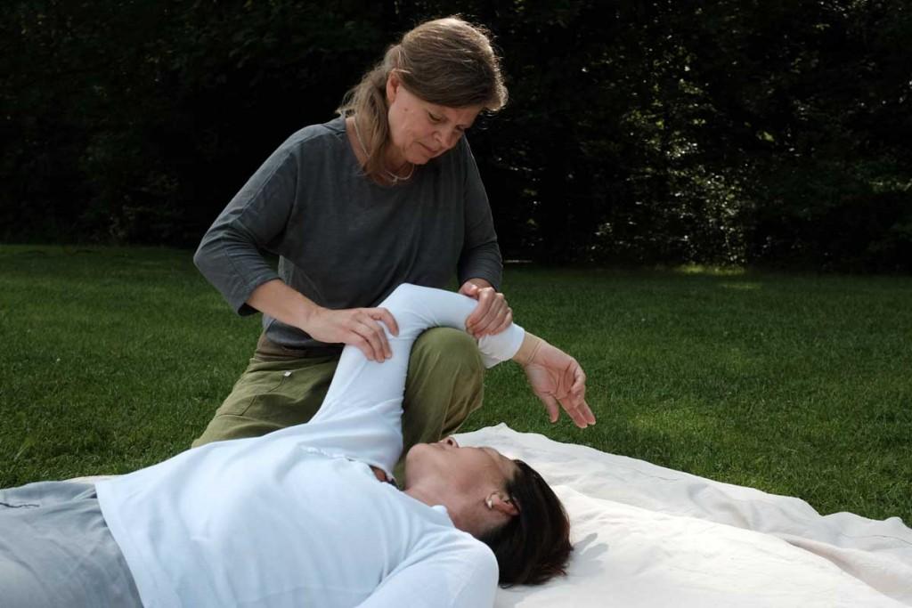 osteothai-massage-schulter-ueber-knie